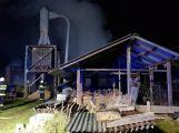 VIDEO: U požáru zemědělského objektu v tuto chvíli zasahuje několik jednotek hasičů