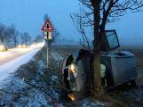 Řidič nezvládl předjíždění, auto udělalo kotrmelec přes střechu