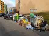Foto dne: Na návaly balících papírů a krabic popelnice nestačí