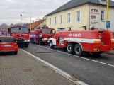 Několik hasičských jednotek právě zasahuje u hořící střechy RD