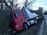 Kamion sjel celý do příkopu