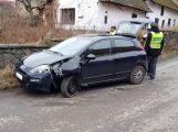 Opilá usedla za volant, narazila do plotu a ještě se zranila