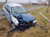 Peugeot přerazil sloup a skončil v příkopu