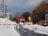 Havarovalo nákladní auto převážející nebezpečné látky, silnice je zcela uzavřena
