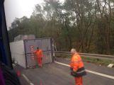 Aktualizováno: Silnice do Prahy byla uzavřena, havaroval zde kamion