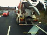 Video: Senior ohrozil na dálnici jízdou v protisměru řadu řidičů