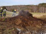 Právě teď: Hasiči likvidují požár hromady odpadu a hnoje