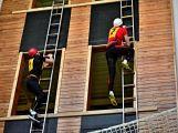 Hasiči šplhali s žebříky na věž