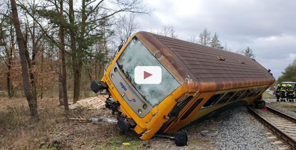 Po nárazu s nákladním vozem vykolejil vlak