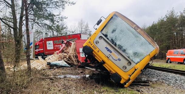 Škoda po srážce náklaďáku s vlakem přesahuje pět milionů, řidiči hrozí pět let ve vězení