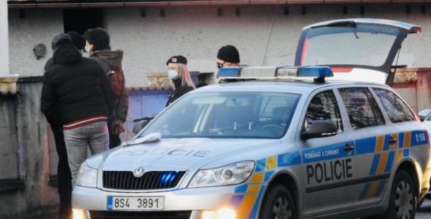 Policisté hledají cestující z vlaku, který byl na trati zablokován betonovými pražci