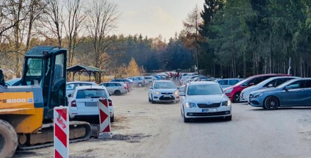 Slunečné počasí přilákalo stovky návštěvníků k procházce do brdských lesů