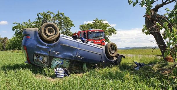 U Obořiště vylétl s fordem mimo silnici, přerazil strom a skončil na střeše