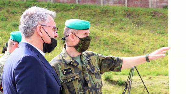 Ministr obrany v Jincích: Dělostřelci se mohou těšit na nové zbraně