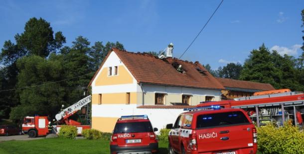 Plameny zachvátily penzion u Sedlčan, s ohněm bojovalo šest hasičských jednotek