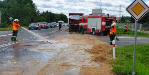 Řidič nákladního vozu prudce zabrzdil a vysypal na silnici pivovarské mláto, Strakonická byla uzavřena