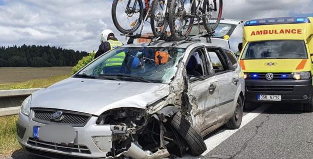 Vážná dopravní nehoda omezila provoz na silnici I/4, po čelním střetu skončila jedna cestující v nemocnici