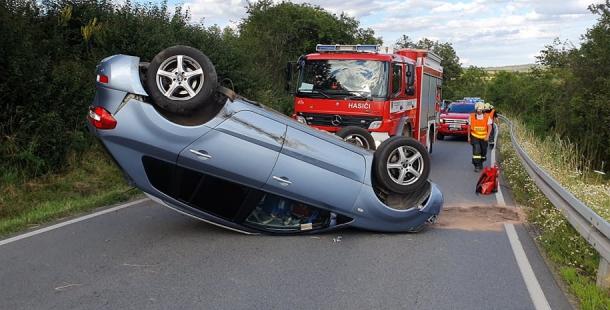 U Třebska skončilo auto na střeše, policisté komunikaci uzavřeli