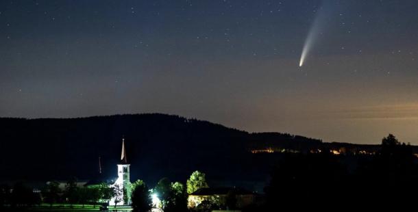 Kometa Neowise rozzářila noční oblohu