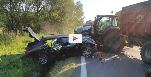U Vojkova se čelně střetl Superb s traktorem, policisté silnici uzavřeli